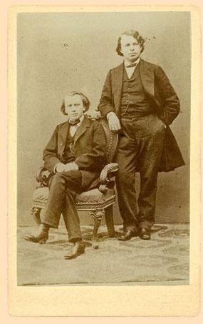 Quelle: Brahms-Institut Lübeck - Johannes Brahms (sitzend) mit Joseph Joachim in Klagenfurt 1867