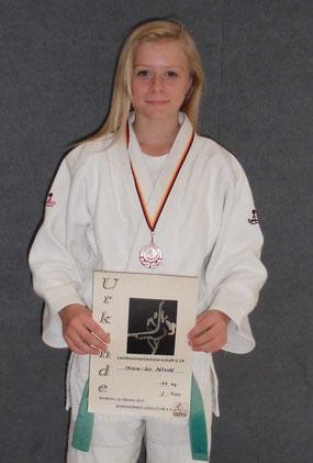 Chiara-Sue Pätzold freut sich über die Bronzemedaille