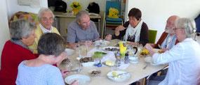 miteinander essen, zuhören und sich mit-teilen