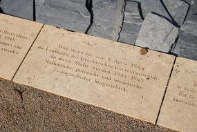 """""""Hier stand bis zum 8. April 1945 die Laubhütte der Isrealitischen Gartenbauschule. An dieser Stelle wurden 1944-45 italienische, polnische und sowjetische Zwangsarbeiter hingerichtet"""" (Foto: Jens Meier)"""