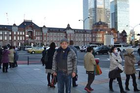 東京駅をバックに一枚