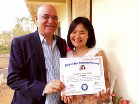 笑いヨガ創始者ドクターカタリアからラフターアンバサダーの認定書をいただきました。@インドのご自宅前にて