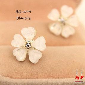 Boucles d'oreilles fleurs blanches et strass
