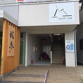 テナントビル入口の写真