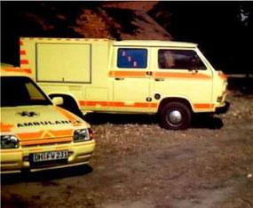 Im Hintergrund: VW T3 als GKW-RD.          Im Vordergrund: Ford Experess als Materialtransportfahrzeug.
