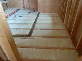 1階の床断熱 サーモウール敷込