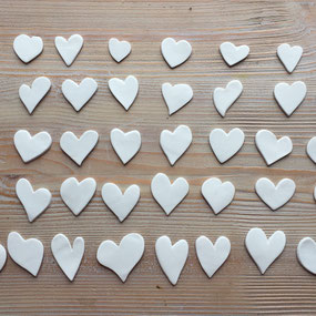 Coeur de porcelaine blanche monté en pin's à offrir ou à s'offrir pour la Saint Valentin. Atelier de céramique Brigitte Morel Paris
