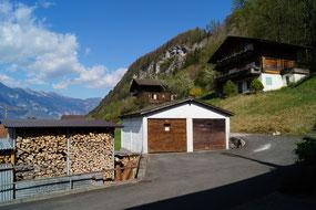 Garage links, im Hintergrund das Chalet