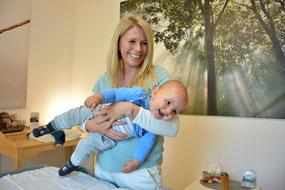 Babys und Kleinkinder sind auch während einer Cranio Sitzung im Bewegung © Claudia Stift