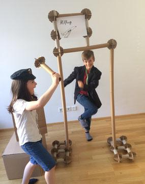 Kinder spielen Flughafen mit PappMeister