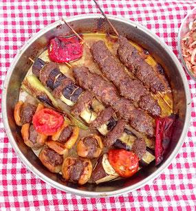 Türkisches Gericht mit Hackfleisch und Mispeln