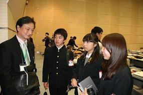 事務局の方にうかがう、右から沼津東高校の土屋さん、佐藤さん、鈴木くん