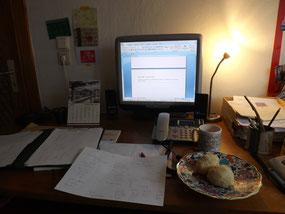 Am Schreibtisch, mit Selbstgebackenem