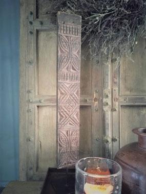"""Ornament van oud snijwerk """"Color"""" uit India, Stoer, Sober, Industrieel, Puur, Robuust, Grof, Landelijk wonen, Sfeervol, Geleefd, Stijlvol, Doorleefd, landelijke stijl, landelijke decoratie, vintage."""