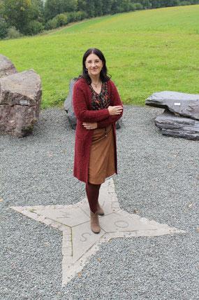 Christina M. Uhlmann steht auf einer Windrose