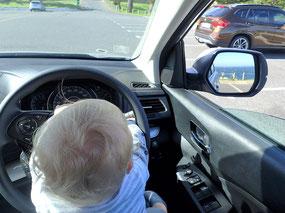 Auch Babys haben bei der Autofahrt gerne alles selbst im Griff!
