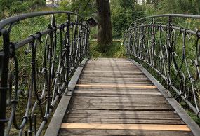 Brücke auf die kleine Insel auf dem Ausee, Halbinsel Au