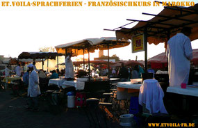 Gegen Abend beginnt der zentrale Jemaa-el-Fnaa Platz zu brodeln ... bienvenue à Marrakech! Mit ET.Voilà Sprachferien