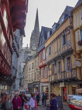 Bild: Rue Kéréon mit Blick auf Cathédrale Saint Cortin in Quimper