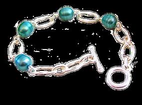 Un bracelet Séphora couleur de mer d' iroise, perles de culture baroques vert d'eau