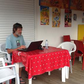 Nach einem leckeren Lunch ist Wolfgang bereit fürs große WWW