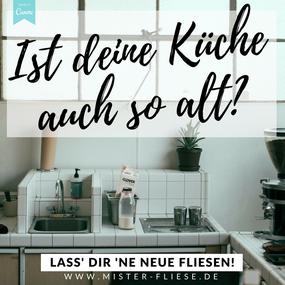 """Alte Küche mit alten Fliesen und dem Spruch """"Ist deine Küche auch so alt? Lass' dir 'ne neue fliesen!"""""""