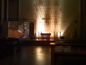 Altarraum mit Leinwand