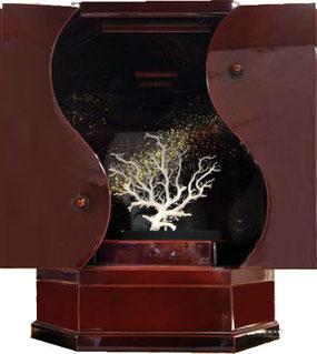 小型仏壇・勾玉αに石垣島の珊瑚を飾ると、春慶色に珊瑚の白が引き立ちます