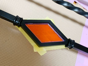 唐草デザインアイアン手すりとダイヤ型のオシャレでオレンジ色のステンドグラス
