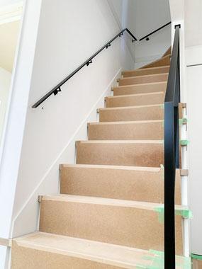両壁に(壁・階段吹き抜け)王道の黒いフラットバー手摺
