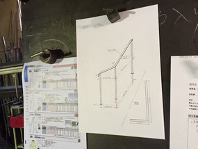 デザインに合わせて、鉄の階段手摺