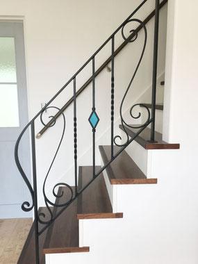 唐草デザインの階段手すりとダイヤ型のオシャレなステンドグラス