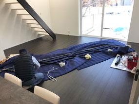 しっかりと梱包されたアイアン手摺を今からストリップ階段に取付