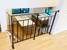 縦格子デザインで安全面もバッチリ!2Fの吹き抜けからキッチンが見えます。