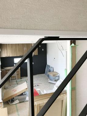 天井に留めるタイプも安心なストリップ階段へのスチール手すり