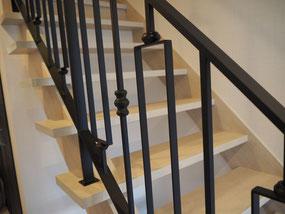四角いシンメトリーデザインのアイアン手すりが階段に