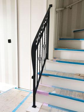 優雅に伸びる黒のスチール製階段手摺