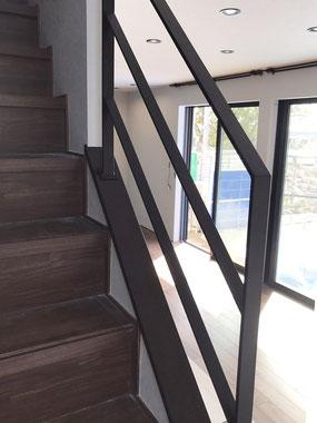 黒い笠木、白壁に相性ピッタリなシンプルなアイアン手すり