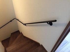 階段にシンプルなスチール手すり