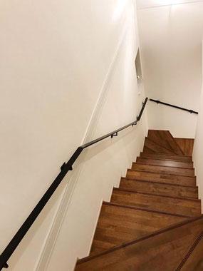 階段が長いので、途中分割して2本に分けてアイアン手すりを発送しています