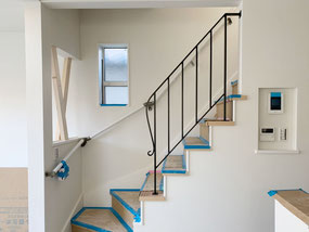 縦格子デザインで安全面もバッチリ!3階へ上がるスチール製階段手すり