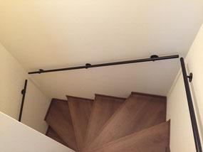 階段の壁にシンプルなスチールパイプ手すり