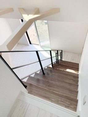 有効幅が広めの階段へ、フラットバー手すり!