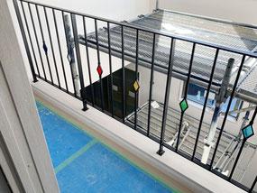 【二階廊下吹き抜け】ステンドグラスを入れる事で、スチール手摺も生きます!