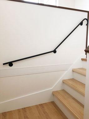 優雅に伸びる黒の階段手摺