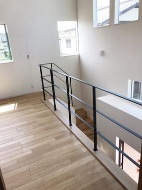 回り階段から二階吹き抜け迄一式、黒のアイアンフラットバーテスリフェンス