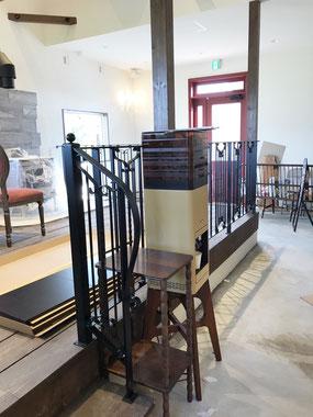 カフェスペースへ上がるアイアン階段手すり