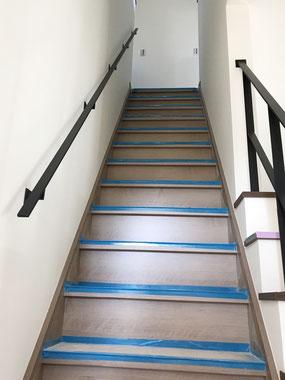 帯鉄の階段吹き抜け手すりと壁付け手摺
