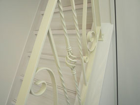 白壁に映えるアイアン階段手すり