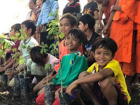 学校や寺院にて植林活動と感染防止に向けた啓発ワークショップを展開中(カンボジア)
